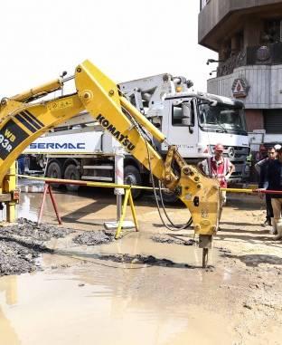 انفجار ماسورة مياه خلال عمليات حفر الخط الثالث للمترو بميدان العتبة