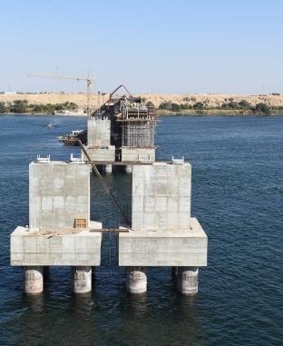 رئيس الوزراء يتفقد محور «كلابشة» العلوي على النيل بأسوان