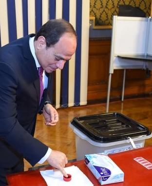 السيسي وقرينته يدليان بصوتيهما في الاستفتاء على التعديلات الدستورية