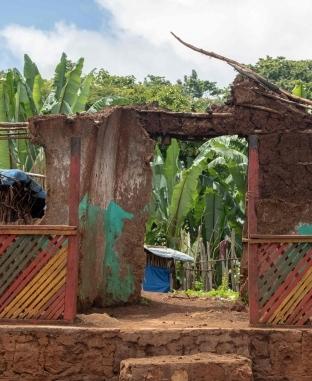 مشردون يقيمون منازل من أفرع الأشجار لإيواء ذويهم فى أثيوبيا