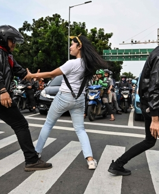"""حملة للسلامة على الطرق بـ""""الرقص"""" في إندونيسيا"""