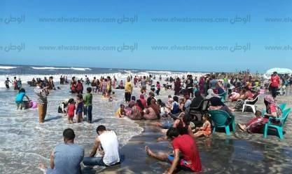 """بـ""""الطفطف"""".. مواطنون يحتفلون بالعيد على شواطئ بلطيم"""