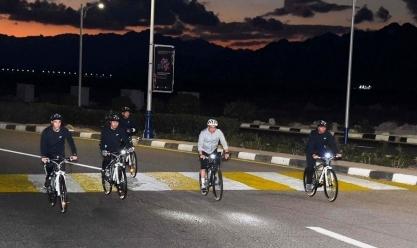 السيسي يتجول بالدراجة في شرم الشيخ