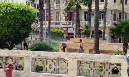 رغم الطقس السيئ.. أطفال يستحمون في مياه نافورة  بالأنفوشي