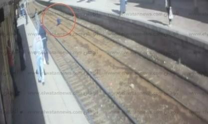 تفاصيل أكذوبة طفل التنمر على قضبان قطار فيكتوريا