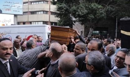 وصول جثمان الكاتب الصحفي الراحل إبراهيم سعدة إلى دار أخبار اليوم