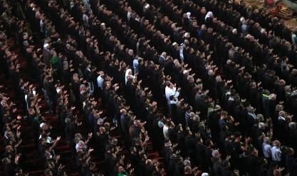 الشيعة العراقيون يجتمعون للصلاة في مسجد الإمام عباس في مدينة كربلاء