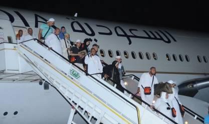 مشرف نظافة يسلم حقيبة بها 240 ألف ريال سعودي عثر عليها بمطار القاهرة