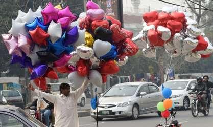 الشوارع تتزين بالزهور الحمراء في دول شرق آسيا