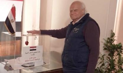 مغترب عمره 90 عاما يدلي بصوته في الاستفتاء بأثينا