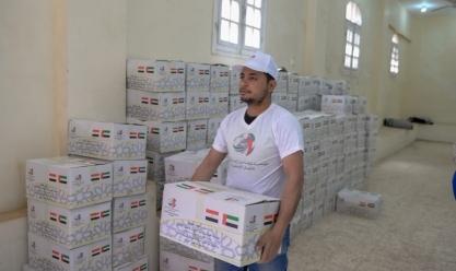 """مؤسسة """"خليفة بن زايد"""" توزع سلال غذائية على الأسر المحتاجة في الفيوم"""