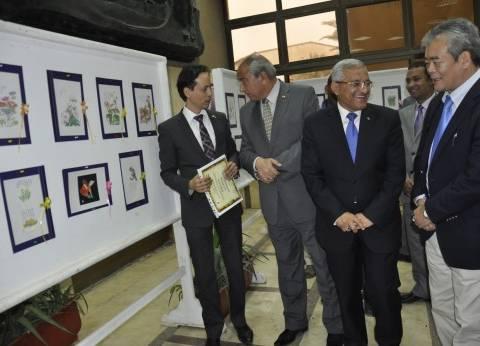 بعدما رسمها بفمه.. فنان ياباني يهدي 100 لوحة من أعماله النادرة لمحافظة المنيا