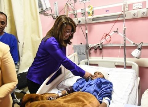 بالصور| وزيرتا التضامن والصحة تزوران مصابي حادث المنيا الإرهابي