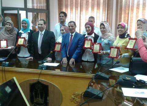 جامعة بورسعيد تكرم أوائل الخريجين المشاركين في احتفالية عيد العلم