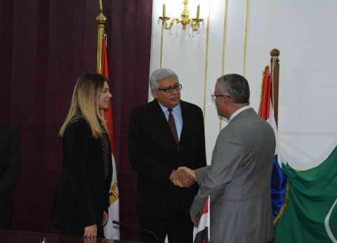 محافظ المنيا يبحث مع سفير بارجواي زيادة التبادل التجاري