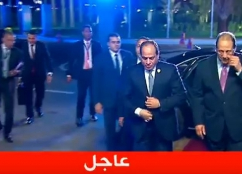 الشباب يستقبلون السيسي بأعلام مصر قبيل انطلاق الجلسة الافتتاحية