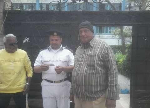 """""""صلة رحم ووطنية"""".. """"أسيوطي"""" يزور شقيقته ويصوت بالاستفتاء في الجيزة"""