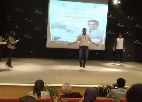 """المتحدث العسكري السابق يعد 108 قفزات في """"نط الحبل"""" بمكتبة الإسكندرية"""