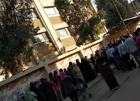 تزايد أعداد الناخبين أمام لجان سقارة والصف للتصويت على الاستفتاء