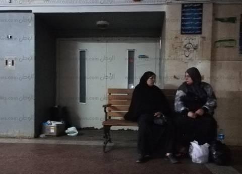 «دمياط العام».. المرافقون ينامون فى الممرات.. والقمامة منتشرة فى الأدوار