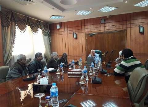 محافظ بورسعيد يطالب رؤساء الأحياء بالاعتناء بالمسطحات الخضراء