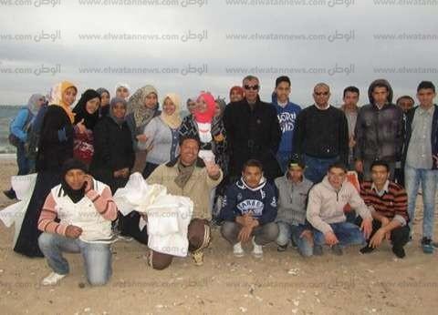 بالصور| طلاب ينظفون شواطئ مدينة أبورديس في جنوب سيناء رغم الطقس السيئ