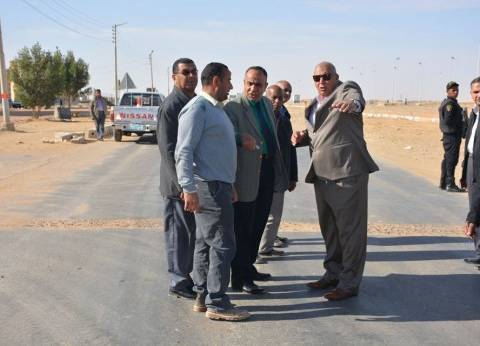 محافظ الوادي الجديد يتفقد الممشى السياحي بحي 25 يناير