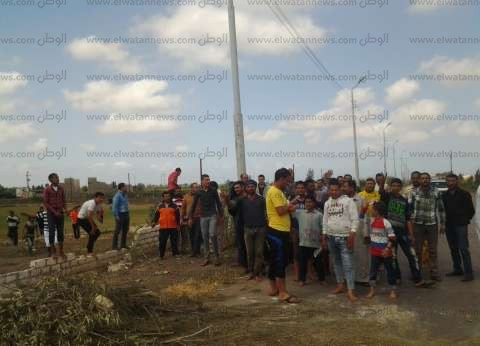 بالصور  أهالي قرية بكفر الشيخ يقطعون الطريق اعتراضا على بيع قطعة أرض لمستثمر