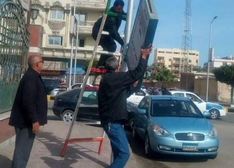حملة لإزالة الإعلانات المخالفة على أعمدة الإضاءة بحي مناخ ببورسعيد