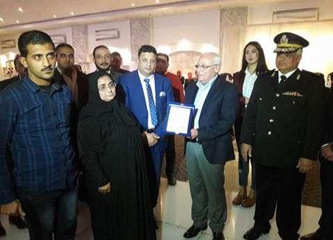 محافظ بورسعيد يكرم أسر شهداء الشرطة