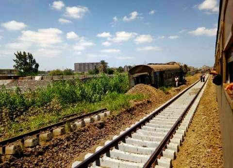توقف حركة القطارات في كفر الشيخ.. وتعطل سير السيارات قرب مزلقان سخا