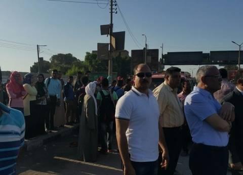 محافظ المنيا يدفع بـ15 أتوبيسا لمواجهة الازدحام بعد تأخر قطارين