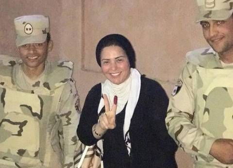 بالصور| صابرين تدلي بصوتها قبل غلق اللجان في الانتخابات الرئاسية