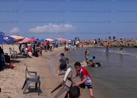 بالصور| توافد المواطنين على شواطئ مصيف بلطيم للاحتفال بشم النسيم