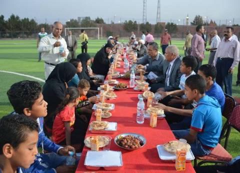 الزملوط يتناول الإفطار مع 300 فرد بمركز شباب بلاط في الوادي الجديد