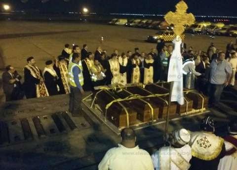 بالصور| البابا ومكرم يستقبلان رفات شهداء ليبيا الأقباط بمطار القاهرة