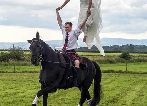 بالصور| زفاف بطلة فروسية على «ضهر خيل»