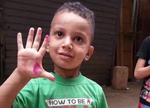 """طفل يحتفل بالانتخابات ويغمر كفه بالحبر الفسفوري: """"عايز أفرح زي أصحابي"""""""