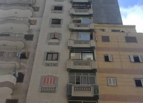استمرار أعمال إخلاء سكان العقار المواجه للمبنى المائل بالأزرايطة