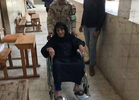 """مسنة مصابة بـ""""جلطة"""" تتسلق السلم للإدلاء بصوتها في الانتخابات بالمرج"""