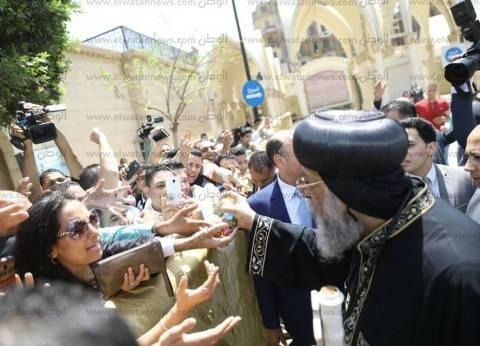 بالحلوى والمصافحة.. البابا يهنئ الأقباط في الكاتدرائية بعيد القيامة