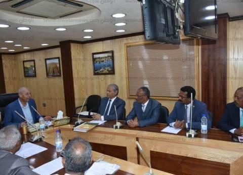 محافظ أسوان يوقع عقد رصف طرق ريفية مع الصندوق الاجتماعي للتنمية