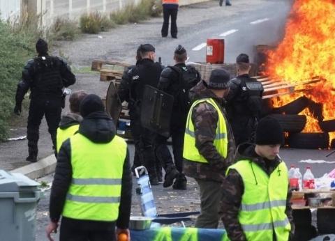 """بالفيديو  تهدد بشل حركة فرنسا.. ما هي حركة """"السترات الصفراء""""؟"""