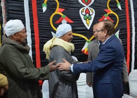 محافظ بني سويف يعزي مواطنا في وفاة زوجته و4 أبناء بتسرب غاز