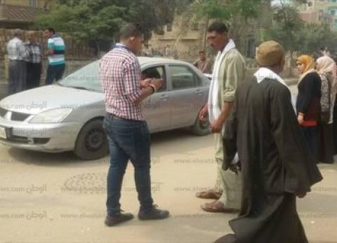 """موظف يوجه الناخبين داخل لجنة مدرسة """"الفضالي"""" بالإسكندرية"""