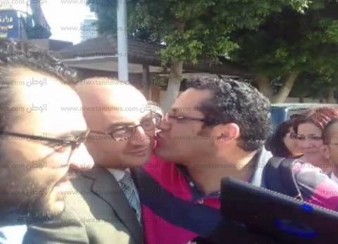 عاجل بالصور| خالد علي ينهي إجراءات إخلاء سبيله ويغادر قسم الدقي