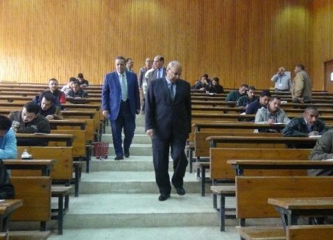 رئيس جامعة المنيا يتفقد امتحانات التعليم المدمج والمفتوح