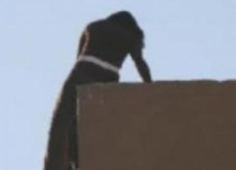 ربة منزل تقفز من الطابق الثاني بعد مشاجرة مع زوجها.. وتتهمه: هو السبب