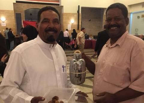 """قبل غلق باب التصويت.. سعوديان يقدمان للناخبين """"تمر وقهوة"""" في جدة"""