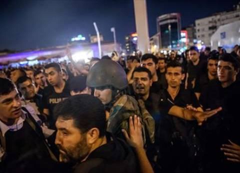 بالفيديو| مواطنون يعاونون الشرطة في القبض على جنود من الجيش التركي